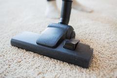 ciérrese-para-arriba-de-la-alfombra-de-la-limpieza-del-aspirador-en-casa-51789534